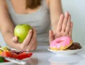 النوم الكافى وشرب الماء.. كيف تتجنب تناول الأطعمة غير الصحية؟