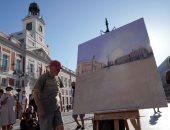 تزاحم عشاق الفن لمشاهدة رسومات الفنان أنطونيو لوبيز فى ساحة مدريد.. صور