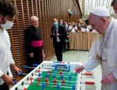 طاولة كرة قدم.. البابا فرنسيس يتلقى هدية جديدة.. صور