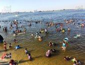 إقبال المصطافين على شواطئ الإسماعيلية هربا من حرارة الجو.. فيديو