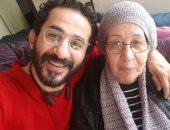 """""""سنة حلوة يا جميل يا مُز أنت"""".. أحمد حلمى يحتفل بعيد ميلاد والدته"""
