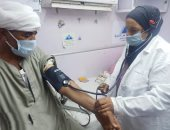 كشف طبي وعلاج بالمجان لـ260 مواطنا ونظارات فى قافلة طبية بأبو صالح ببنى سويف