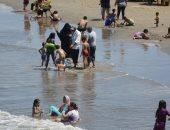 الأمواج تهون قدام الحر.. شواطئ بورسعيد مليانة رغم ارتفاع الموج.. لايف وصور