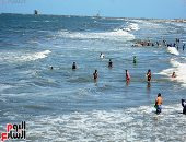 """ارتفاع الأمواج بالبحر الأبيض المتوسط.. منقذو الشواطئ يحذرون المصيفين ببورسعيد.. وإقبال متوسط من المحافظات المجاورة.. مؤجر شماسى: نحن فى """"ملتم"""" يمتد لـ3 أيام.. ويحذر: المياه خطيرة الفترة الحالية.. فيديو وصور"""
