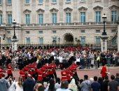 الحشود تصطف خارج قصر باكنجهام لمشاهدة تغير الحرس القديم بالجديد.. صور