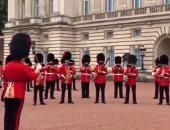 العائلة المالكة البريطانية تحتفى بمراسم تغيير الحرس فى قصر باكنجهام.. فيديو