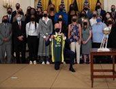قميص رياضي يحمل اسمه ورقم 46.. قصة هدية فريق ساعد في أولمبياد طوكيو لبايدن