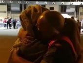عناق جندية إسبانية لمواطنة أفغانية يثير التعاطف على الشبكات الاجتماعية..فيديو
