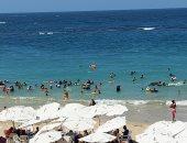 شواطئ الإسكندرية كاملة العدد والأمواج تبعد المصطافين عن البحر.. فيديو وصور