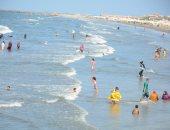 """شواطئ بورسعيد أمان بعد انتهاء """"الملتم"""".. المصيفين يعودون للاستمتاع بالبحر.. لايف وصور"""