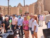 رئيس الوزراء فى الكرنك.. مدبولى يلتقط الصور التذكارية مع السائحين بالأقصر