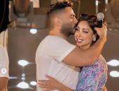 تامر حسني يقبل رأس بسمة بوسيل بعد احتفالها بعيد ميلاده على المسرح.. صور وفيديو