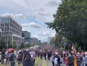 الآلاف يتظاهرون فى برلين احتجاجا على إجراءات الحكومة لاحتواء كورونا.. فيديو