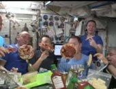 رواد الفضاء يتناولون شرائح البيتزا الطائرة في وكالة الفضاء الأوروبية .. صور