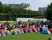 السلطات الفرنسية تجلى مخيم للاجئين أمام مقر الإدارة المحلية لمنطقة إيل دوفرانس