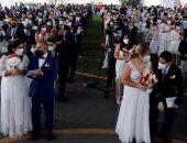 كله بالكمامة.. بيرو تحتفل بأول زواج جماعى بالإجراءات الاحترازية فى زمن الكورونا