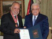الرئيس الفلسطينى محمود عباس يمنح أشرف زكى أعلى وسام ثقافى فى فلسطين