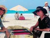 """نرمين الفقى وإجازة الصيف.. 3 إطلالات على الرملة بالكاش مايوه وبتلعب طاولة """"صور"""""""