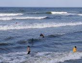 إقبال على شاطئ بورسعيد رغم ارتفاع الأمواج.. لايف وصور