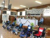 محافظة الجيزة تسلم 16 كرسيا متحركا للأطفال ذوى الاحتياجات الخاصة بالواحات البحرية