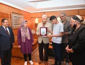 رئيس جامعة الفيوم يكرم الطالب محمد عماد الدين الأول على المحافظة بالثانوية العامة