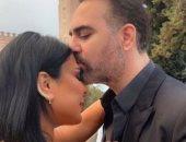 وائل جسار يغازل زوجته فى صورة جديدة بقبله ورسالة رومانسية