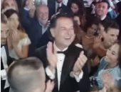"""رغم انقطاع الكهرباء.. راغب علامة يستكمل الغناء مع المدعوين فى حفل زفاف لبنانى """"فيديو"""""""
