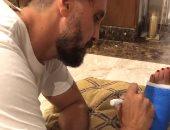 سلامتك يا أم البنات .. هشام ماجد يدعم زوجته بطريقة كوميدية بعد إصابتها بكسر