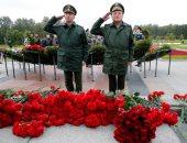 روسيا تضع آكاليل الزهور على المقبرة الجماعية لضحايا الحرب العالمية الثانية