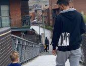 فسحة رياضية.. تريزيجيه مع ابنه فى نزهة بشوارع إنجلترا