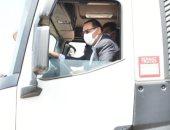 محافظ الشرقية يقود إحدى معدات النظافة الجديدة للتأكد من جاهزيتها.. صور