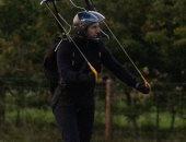 توم كروز يهبط بالمظلات من طائرة هليكوبتر فى فيلمه Mission Impossible 7