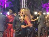على طريقة الفيشاوى.. أحمد سعد يقبل زوجته على السجادة الحمراء فى حفل دير جيست