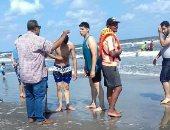 إنقاذ 5 شباب من الغرق على شواطئ بورسعيد.. صور