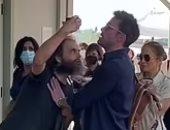 بن أفليك يحمى جينيفر لوبيز من معجب تخطى رجال الأمن فى إيطاليا.. صور