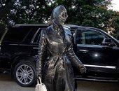 كيم كارداشيان بإطلالة غريبة من الجلد عند وصولها نيويورك لحضور حفل Met Gala.. صور