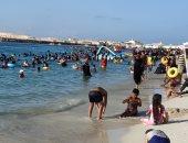 شواطئ مطروح تجذب آلاف المصطافين مع قرب نهاية المصيف.. فيديو وصور