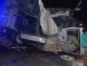 صور.. إصابة 4 أشخاص فى انقلاب سيارة بالطريق الصحراوى بالصف