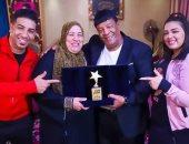 عبد الباسط حمودة يحتفل بعيد ميلاد زوجته: أنتٍ الضهر والسند يا أم رامى
