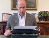 الأمير وليام يستخدم الآلة الكاتبة لتدوين مقدمة كتاب جديد عن الأرض.. فيديو