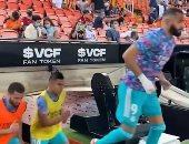 كريم بنزيما يتصدر اللاعبين لحظة دخول الملعب لعملية الإحماء.. فيديو وصور