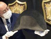 عرض قبعة تحمل الحمض النووى لـ نابليون للبيع بـ150 ألف إسترلينى.. فيديو وصور