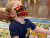 طفل يرفض ارتداء الكمامة داخل حضانة بطريقة طريفة.. فيديو