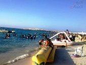 إقبال كبير من المصطافين على شواطئ مطروح مع نهاية المصيف.. فيديو وصور