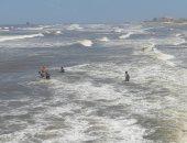 رفع الرايات السوداء.. شاهد ارتفاع الأمواج والتيارات المائية فى بحر بورسعيد