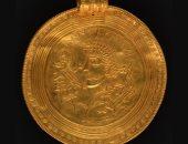باحث عن الكنوز يعثر على كنز من الذهب يعود للعصر الحديدى فى الدنمارك.. صور