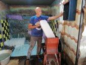 اعرف تاريخ الحرفة وفائدتها.. بائع الثلج فى سوق الأنصارى بالسويس.. لايف وصور