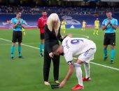 لقطة إنسانية.. كريم بنزيما يساعد بطلة ألعاب بارالمبية لارتداء حذائها.. فيديو