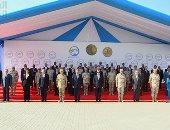 الرئيس السيسى يلتقط صورة تذكارية مع المشاركين فى افتتاح محطة بحر البقر