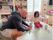 """دوين جونسون """"الاب الحنون"""" يضع مونيكير على اضافر ابنته.. صورة"""